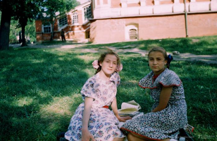Девочки читают книги у стен Московского Новодевичьего монастыря. Автор: Martin Manhoff.