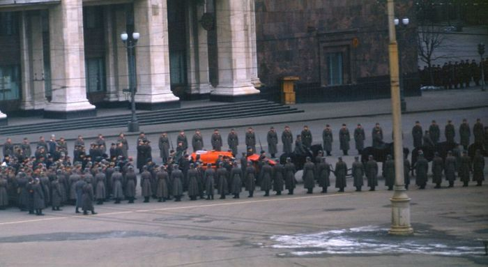 Сталинский гроб, который несут на Красную площадь. Автор: Martin Manhoff.