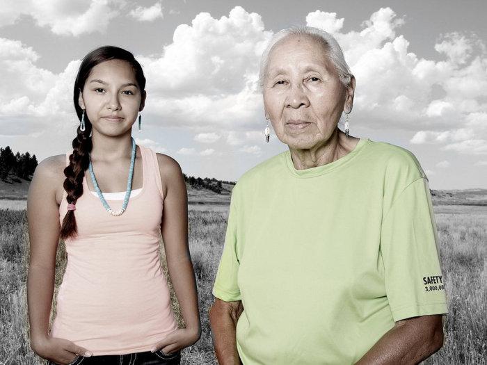 Дженни Паркер с внучкой Шарлайс, северные шайены. Автор: Matika Wilbur.