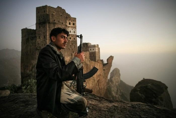 Йемен: Молодой человек охраняет поля в долине.