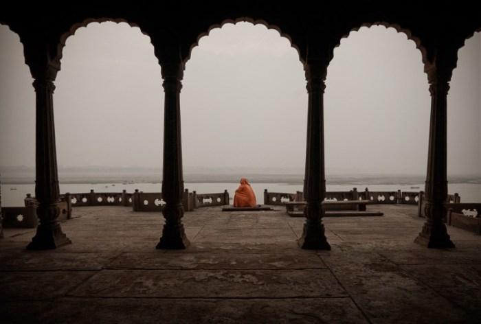 Варанаси, Индия: паломник медитирует в заброшенном дворце. Автор: Matjaz Krivic.
