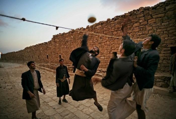 Тула, Йемен: Молодые мальчики играют в волейбол на тихих улочках исторического города. Автор: Matjaz Krivic.