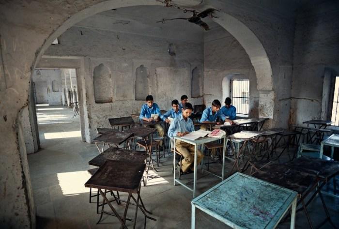 Джайпур, Индия: Ученики во время урока математики в начальной школе, где классные комнаты всегда открыты. Автор: Matjaz Krivic.