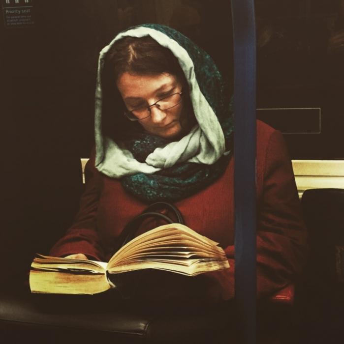 Женщина с книгой. Автор: Мatt Crаbtree.