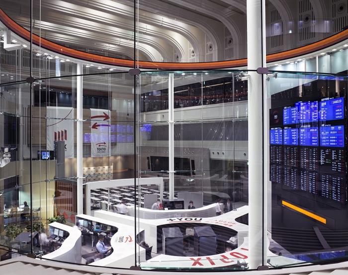 Токийская Фондовая Биржа (Tokyo Stock Exchange), 2014 г. Автор фото: Matthew Pillsbury.
