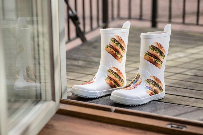Что нам зной, что нам дождик проливной..? Резиновые сапоги от McDonalds.