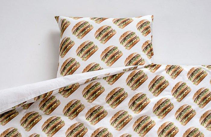 Сладких снов, желает McDonalds с серией постельного белья.