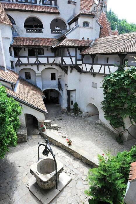 Вид на внутренний двор со знаменитым колодцем желаний замка Бран. \ Фото: noticias.r7.com.