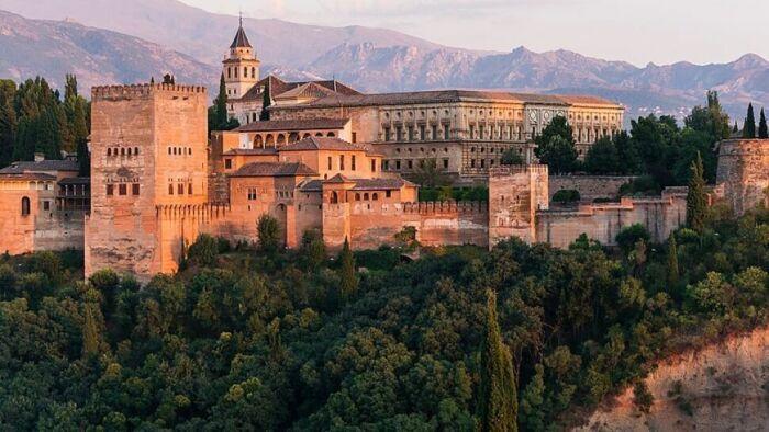 Альгамбра, или «Красный замок». \ Фото: ilimvemedeniyet.com.