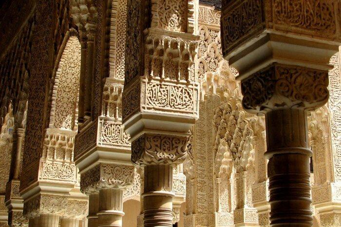 Деталь из внутреннего львиного дворика в Альгамбре. \ Фото: alhambradegranada.org.