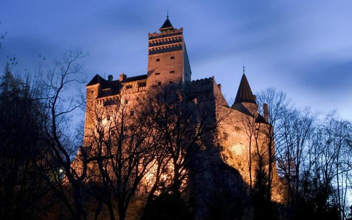 Замок Бран ночью, Трансильвания. \ Фото: triip.me.