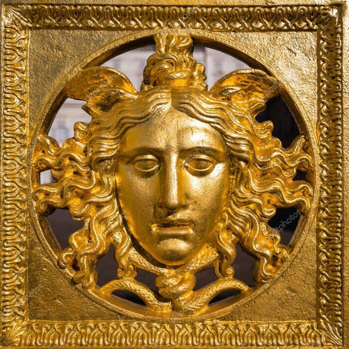 Золотая маска Медуза Горгона. \ Фото: google.com.