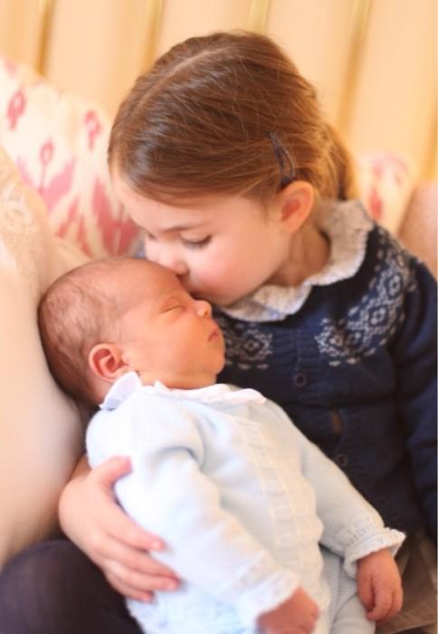 Трогательный снимок принцессы Шарлотты и принца Луи.