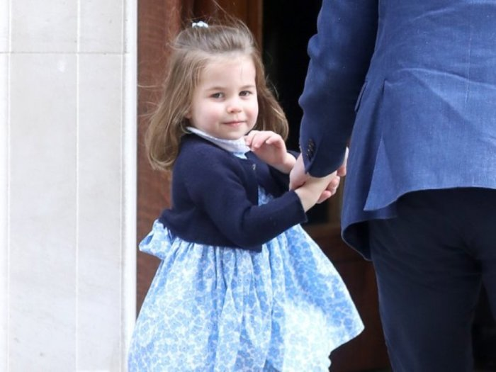 Принцесса Шарлотта волнуется перед фотографами.