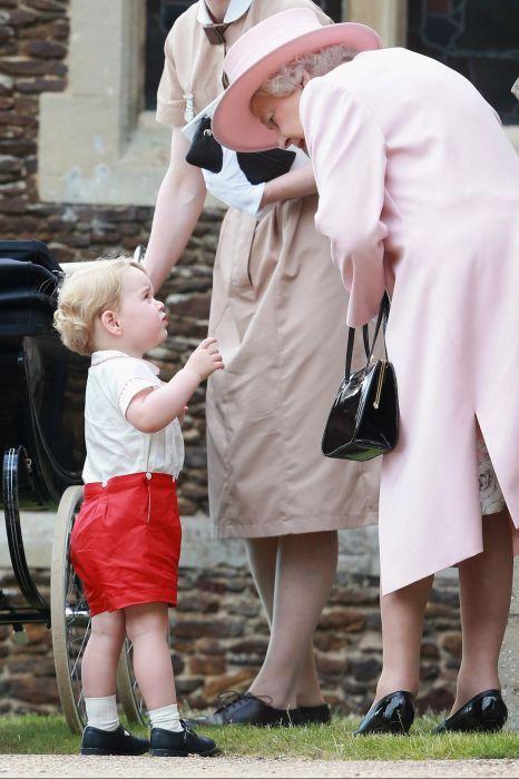 Возможно, Принц Джордж просит посмотреть, есть ли в её сумочке какие-нибудь вкусняшки.