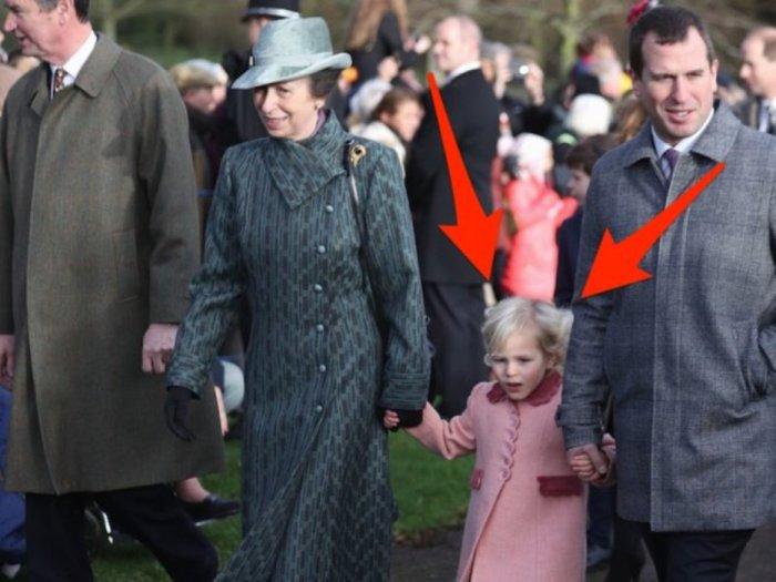 Айла Филиппс держит за руки принцессу Анну и Питера Филиппса.