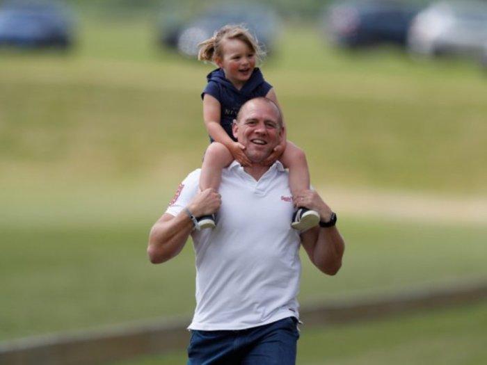Мия сидит на плечах своего отца Майка Тиндалла в Maserati Royal Charity Polo Trophy.