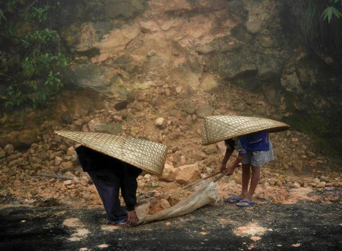 Дорога, засыпанная камнями, сошедшими с гор после очередного проливного дождя. Мегхалая, Индия.