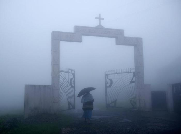 Пожилая женщина идет на воскресную мессу. Мегхалая, Индия.