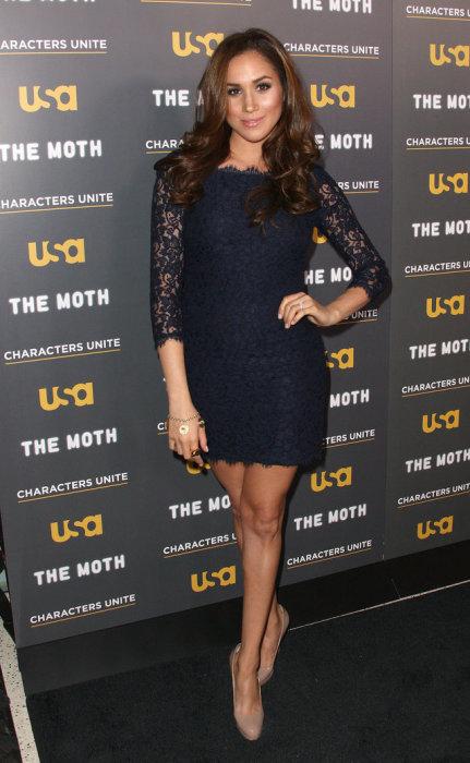 Чёрное скромное платье, дополненное каблуками и украшениями – идеально смотрится на Меган, февраль 2012 год.