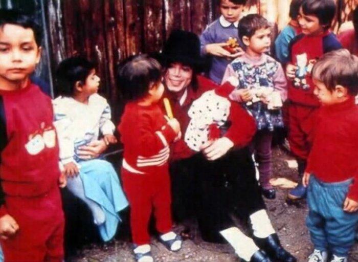 Майкл в окружении детей. \ Фото: twitter.com.