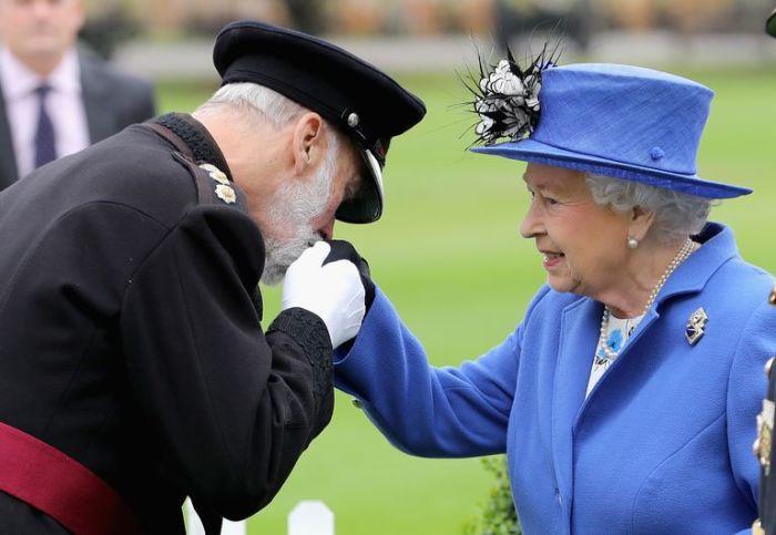 Майкл и королева Елизавета. / Фото: hearstapps.com.