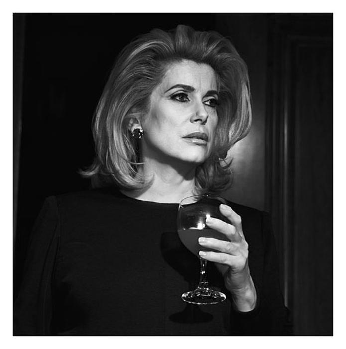 Глоток вина. Потрясающе чувственные портреты. Автор фото: Michel Comte.