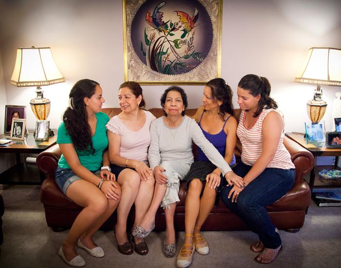 Мария с матерью, сестра, тетя и двоюродная сестра. Нью-Джерси, лето 2012 г. Автор фото: Michele Crowe.