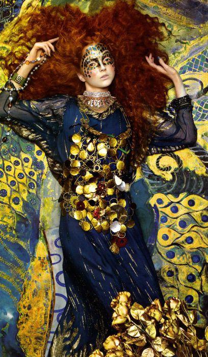 Синее с золотым. Модель Лили Коул. Автор работ: фэшн-фотограф Майлз Олдридж (Miles Aldridge).