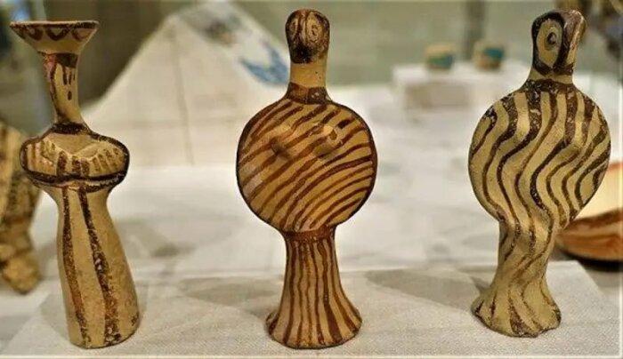 Микенские женские статуэтки. \ Фото: twitter.com.