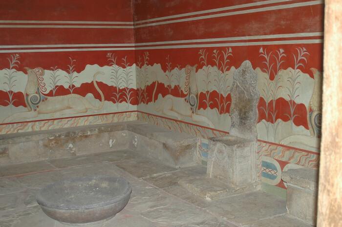 Тронный зал с фреской Грифона из Кносского дворца, Крит. \ Фото: wikimedia.org.