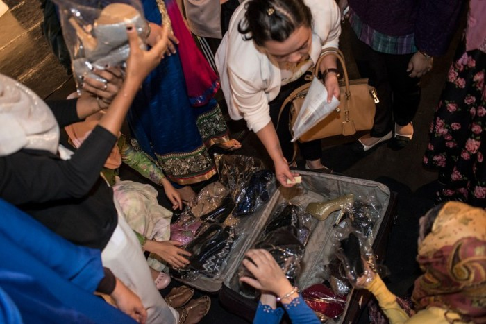 Девушки разбирают туфли перед репетицией. Автор фото: Monique Jaques.