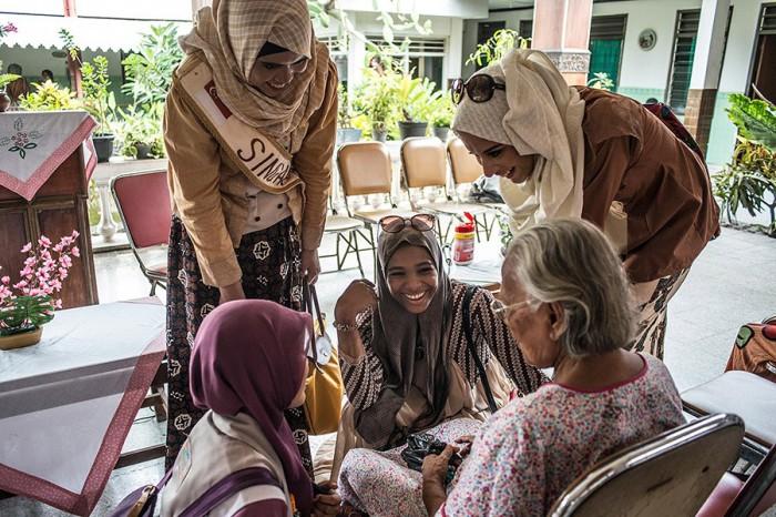 Дом престарелых. Здесь, девушки демонстрируют умение сострадать. Автор фото: Monique Jaques.