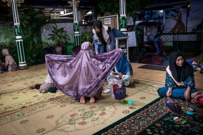Финалистки конкурса в мечети перед молитвой. Автор фото: Monique Jaques.