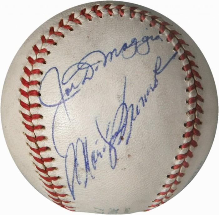 Бейсбольный мяч с автографами Джо ДиМаджио и Мэрилин Монро. \ Фото: financesonline.com.
