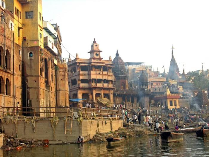 Гаты в Варанаси - это прибрежные ступени, ведущие к берегам реки Ганг.