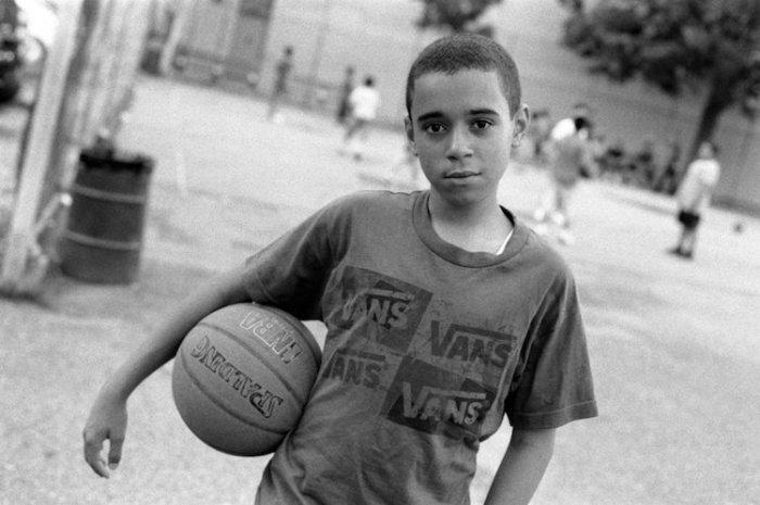 Юный баскетболист в парке до пятничной молитвы, Бруклин, Нью-Йорк, 2011 год. Автор: Robert Gerhardt.