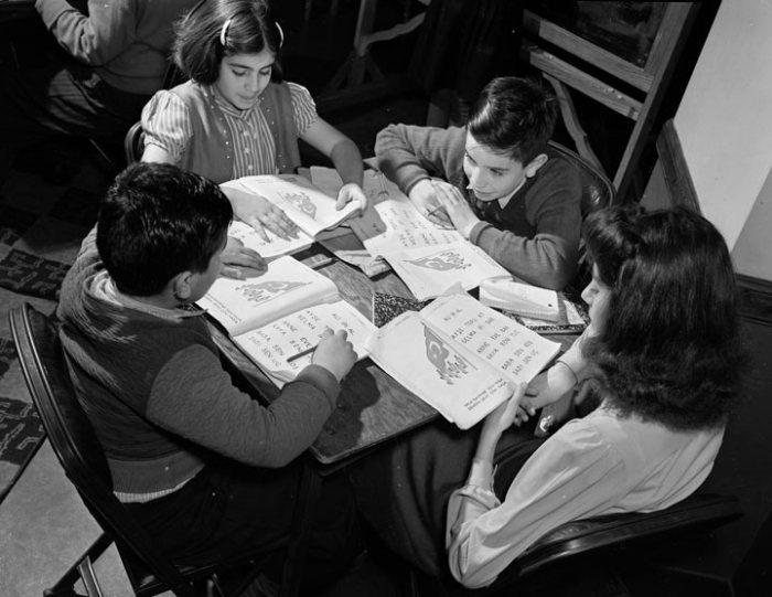 Турецкие и американские дети за столом с книгами, Калифорния, 1940 год. Alexander Alland.