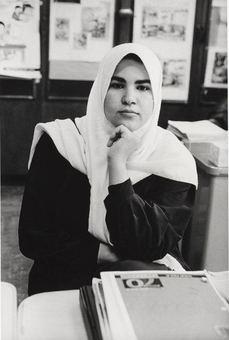 Иракская девушка-мусульманка, изучает английский язык, 1999 год. Mel Rosenthal.