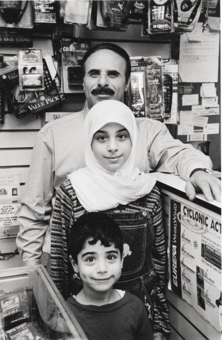 B & B магазин электроники, владелец с детьми, Бэй-Ридж, Бруклин, 1999 год. Mel Rosenthal.