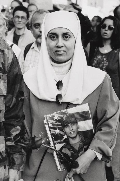 Дебби Алмонтасер с фотографией сына Юсифа, 2001 год. Автор: Mel Rosenthal.