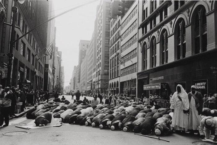 Молитва перед мусульманским парадом, Манхэттен, Нью-Йорк, 1995 год. Автор: Ed Grazda.
