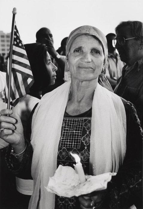 Палестинская женщина с американским флагом, Калифорния 2001 год. Автор: Mel Rosenthal.