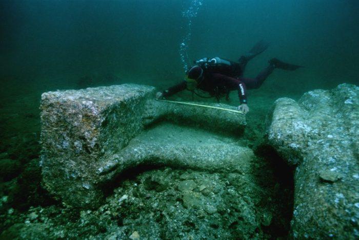 Подводная пирамида из камней. \ Фото: activly.com.