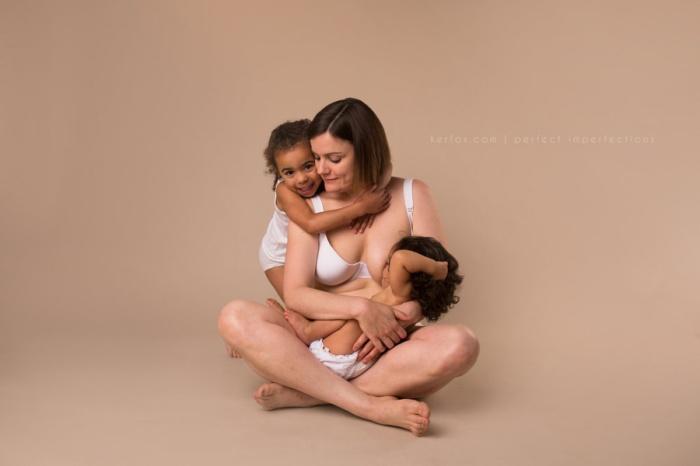 Счастливая Кейси с двумя очаровательными дочками. Автор фото: Нили Кер-Фокс (Neely Ker-Fox).