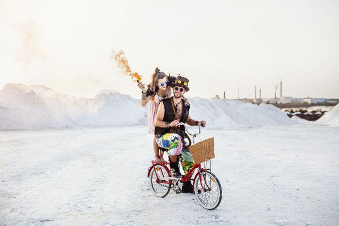Вместо роскошного свадебного автомобиля - обычный велосипед. Автор: Neringa Rekasiute.