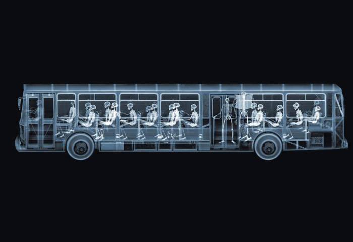 Автобус с пассажирами. Автор: Nick Veasey.