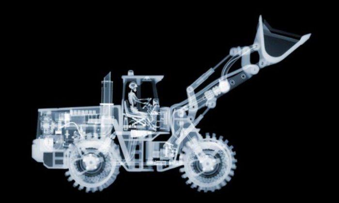 Трактор с водителем. Автор: Nick Veasey.