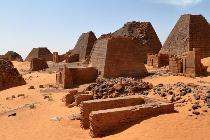Руины пирамиды в древнем городе Мероэ, Судан. \ Фото: femina.hu.