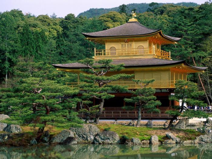 Храм Кинкакудзи в Киото.
